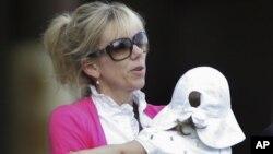 Rielle Hunter carga a la hija procreada con John Edwards, en 2009.