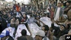 Warga Muslim Syiah hari Sabtu (12/1) menolak mengubur mereka yang tewas, sebagai protes atas serangan bom yang menewaskan hampir 100 orang itu hari Kamis.