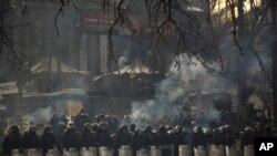 2月1日,乌克兰警方在基辅的独立广场外列队待命