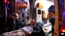 Des agents des services des urgences transportent dans une ambulance un blessé, victime d'une explosion à Ankara, Turquie, 17 février 2016