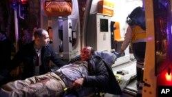 Các nhân viên y tế đưa người bị thương ra khỏi hiện trường vụ nổ bom tại Ankara, ngày 17/2/2016.