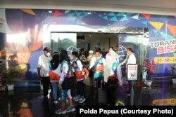 Polda Papua amankan kedatangan atlet catur, gulat dan anggar di bandara Jayapura, Sabtu (25/9). (Courtesy: Polda Papua)