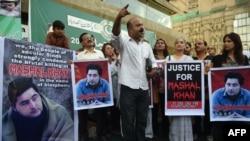 گزشتہ برس نوجوان مشال خان کو توہین مذہب کے الزام میں مشتعل ہجوم نے قتل کر دیا تھا تاہم بعد ازاں یہ الزام غلط ثابت ہوا تھا۔