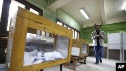這名男子星期二在開羅準備投票