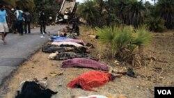 Para korban tewas akibat bis penumpang yang meledak setelah menabrak ranjau darat yang ditanam oleh kelompok Maois-India, 17 Mei 2010.