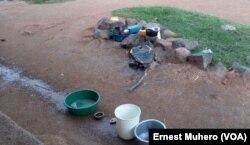 Face à la pénurie d'eau à Oicha, les déplacés tentent de capter l'eau de pluie pour divers besoins en RDC, le 3 mai 2017. (VOA/Ernest Muhero)