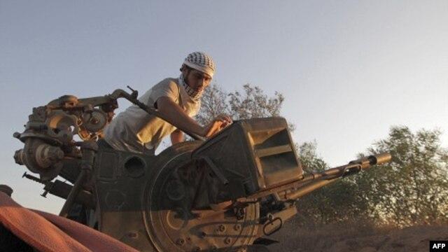 Nhiều tháng qua, các chiến binh nổi dậy đã cố tìm cách tiến gân hơn đến Tripoli bằng cách chiếm quyền kiểm soát các thị trấn phía tây của thủ đô.