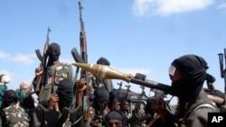 Para anggota militan al-Shabab di Somalia (foto: dok). Fuad Mohamed Khalaf, seorang pimpinan al-Shabab mengejek tawaran hadiah pemerintah AS.