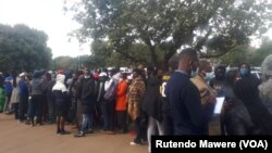 Harare - people waiting to be vaccinated