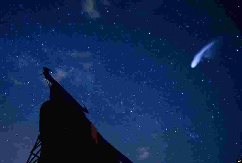 12일 스페인 빌라레조 드 살바네스 시 하늘 위로 쏟아지는 페르세우스 유성우.