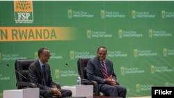 Perezida Paul Kagame na Francis Gatare ukuriye ikigo cy'igihugu cy'iterambere RDB