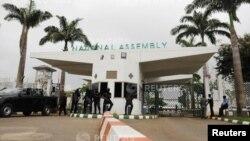 Les forces de sécurité à l'entrée du parlement à Abuja, Nigeria. 7 août 2018.
