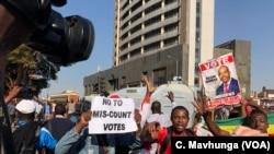Des manifestations après l'éléction, à Harare, le 30 juillet 2018.