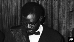 Patrice Lumumba, waziri mkuu wa Congo akitia saini tangazo la uhuru mjini Leopodville, Congo. Kulia kwake ni waziri mkuu wa zamani wa Ubelgiji Gaston Eyskens, aliyretia saini kwa niaba ya Ubelgiji. Ubelgiji iliitawala Congo kwa miaka 70.