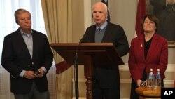 Respublikachi senatorlar Lindzi Grem va Jon Makkeyn hamda demokrat senator Eymi Klobukar