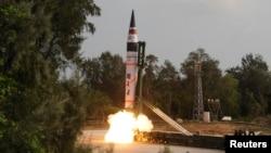 지난 2012년 4월 대륙간탄도미사일 '아그니 5'가 인도 동부 오디샤주에 있는 압둘 칼람 섬에서 발사되고 있다. (자료사진)