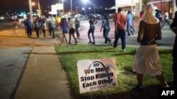 Manifestantes conmemoran primer año de la muerte de Michael Brown, en Ferguson, Missouri