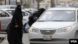 Para perempuan Saudi harus mempekerjakan supir pribadi atau bergantung pada kerabat laki-laki untuk mengendarai mobil.