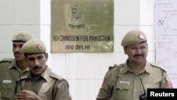 Pasukan keamanan India menjaga kantor Kedutaan Besar Pakistan di New Delhi (foto: ilustrasi). Pakistan telah menarik 6 diplomatnya pulang dari India.