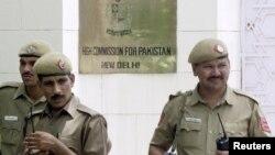 인도 뉴델리 주재 파키스탄 대사관 입구를 인도 경찰관들이 지키고 있다. (자료사진)