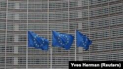 ARHIVA- Zastave EU u Briselu (Foto: Reuters/Yves Herman)