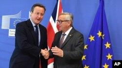 28일 데이비드 캐머런 영국 총리(왼쪽)와 장 클로드 융커 EU집행위원장이 벨기에 브뤼셀의 유럽연합 본부에서 만나 대화하고 있다.