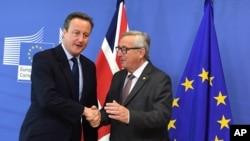 Le Président de la Commission européenne, Jean-Claude Juncker, à droite, salue le Premier ministre britannique David Cameron avant la tenue d'une réunion au siège de l'UE à Bruxelles le 28 juin 2016.
