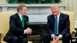 El Presidente Donald Trump se reúne con el Primer Ministro irlandes Enda Kenny en la Oficina Oval de la Casa Blanca en Washington, el jueves 16 de marzo de 2017.