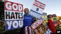 Anggota jemaat Gereja Baptis Westboro di AS berdemonstrasi menentang kelompok gay dan pernikahan sesama jenis. (Foto: Dok)
