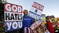 Članovi crkve Westoboro iz Topeke u Kansasu održali su prošle godine prosvjed protiv homoseksualaca na Nacionalnom groblju Arlingtonu, na Dan veterana