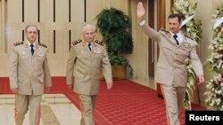 Bashar al-Assad (der.) en 2010, junto al entonces ministro de Defensa, Ali Habib (centro) y el jefe de Estado Mayor, Dawoud Rajha.