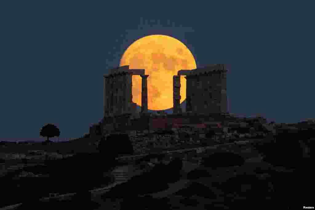 Yunanıstanın paytaxtı Afina yaxınlığında Keyp Sounionda yerləşən Poseydon Məbədi üzərində bədrlənmiş Ay.