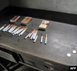 井岗山毛泽东旧居中游客放置的香烟和钱币