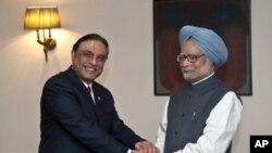 Thủ tướng Ấn Độ Manmohan Singh (phải) bắt tay Tổng thống Pakistan Asif Ali Zardari trong 1 cuộc họp ở New Delhi, 8/4/2012