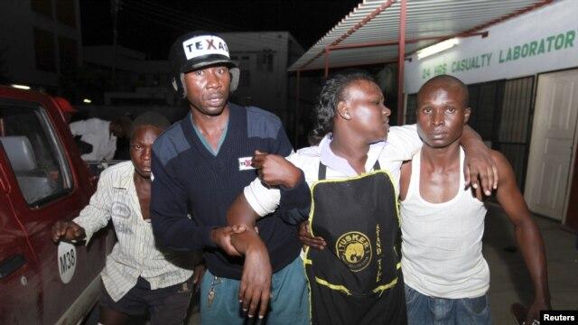 Một thanh viên bị thương trong vụ nổ tại quán rượu Jerico được đến điều trị tại bệnh viện ở Mombasa