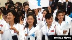 지난 2003년 대구에서 열린 하계 유니버시아드 대회에 참가한 북한 응원단이 고려항공 특별기로 출국하는 모습. (자료사진)