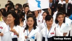 지난 2003년 대구에서 열린 하계 유니버시아드 대회에 참가한 북한 응원단이 고려항공 특별기로 출국하는 모습 . (자료사진)