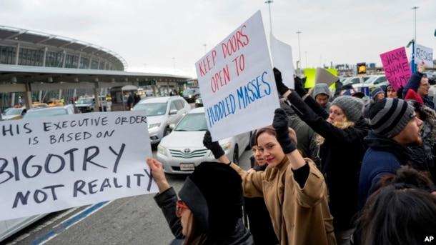 Protestas en el Aeropuerto Internacional John F. Kennedy en Nueva York, por los refugiados iraquíes que arribaron en diferentes vuelos y que fueron detenidos por las autoridades migratorias.