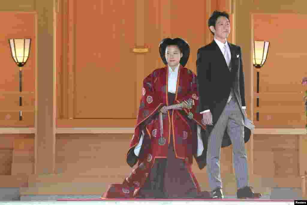 일본의 아야코공주가도쿄 시부야 메이지 신궁에서일본선박회사 닛폰유센에 다니는 모리야 게이와 결혼식을 올린 후 미소를 지어보이고 있다. 일반인 남성과 결혼한 아야코 공주는 이로서 왕족 신분을 상실하게 됐다.