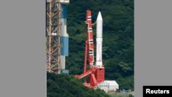 "Roket Epsilon terlihat di landasan peluncuran pesawat antariksa ""Uchinoura Space Center"" di kota Kimotsuki, prefektur Kagoshima, Jepang (27/8)."