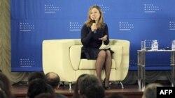 Челсі Клінтон спілкується з українськими студентами у Києві 24-го січня 2012 р.