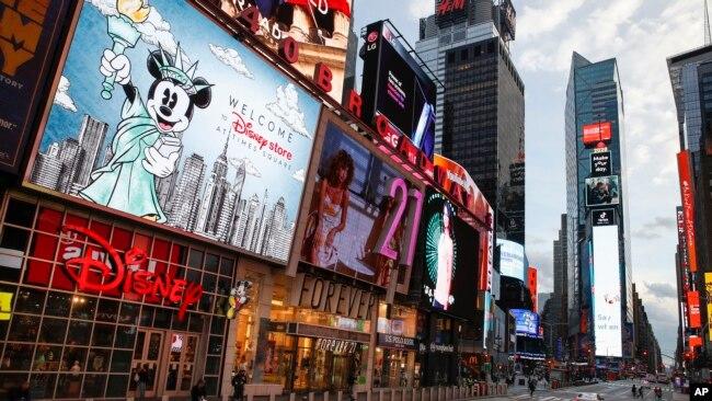 Un oficial de policía cruza una séptima avenida vacía en un Times Square escasamente poblado debido a preocupaciones de COVID-19.