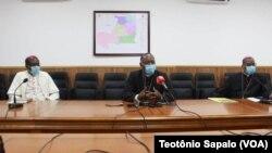 Dom Maurício Camuto (dir), Dom Filomeno Vieira Dias (centro), e Dom Manuel Imbamba (esq.) aprsentando documentos da Assembleia Plenária da CEAST (Moxico, 12 Outubro 2020)
