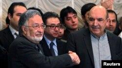 Qayum Karzay (o'ngda) prezidentlikka nomzod Zalmay Rasul bilan qo'l berib ko'rishmoqda, Kobul, 6-mart, 2014-yil.