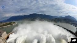 Nước được xả từ đập Tam Hợp. Hình của Tân Hoa Xã, 2008.