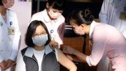 電視直播中蔡英文接種高端疫苗 為台灣自製疫苗豎起大拇指