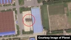 지난달 30일 촬영한 북한 평성 '3월16일' 자동차 공장. 대륙간탄도미사일 조립시설(붉은 원)이 여전히 세워져 있는 것을 확인할 수 있다. 이 시설은 최근 해체된 것이 민간위성을 통해 확인됐다. 사진제공=Planet Labs Inc.