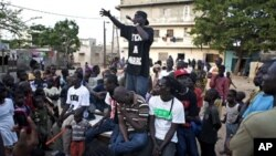"""Un activiste du group hip-hop """"Y'en a marre"""" lors d'un concert communautaire dans le quartier Dalifort de Dakar"""