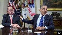 Ketua Kongres John Boehner dari Partai Republik (kiri) dan Presiden Obama saat bertemu pertama kali untuk membahas isu jurang fiskal, 16 November 2012 (Foto: dok).