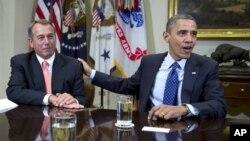 """Presiden Obama dan ketua Kongres John Boehner berbicara di depan para wartawan di Gedug Putih, Jumat (16/11) sehubungan dengan masalah """"jurang fiskal""""."""